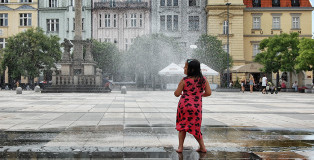 Urlaub-in-Ostrava_Mädchen-tanzt-im-Brunnen
