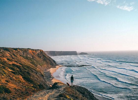 Mann am Strand Portugal