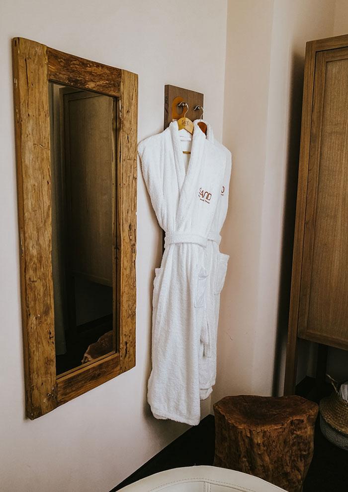 Überall im Hotel zu finden – Naturelemente wie aufgearbeitetes Holz