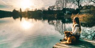 Christine Neder Und Hund am Steg