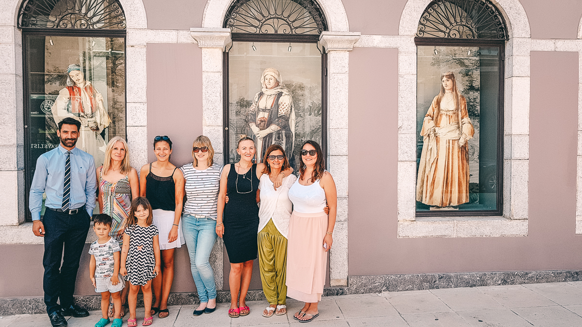 Gruppenbild vorm Kostuemmuseum
