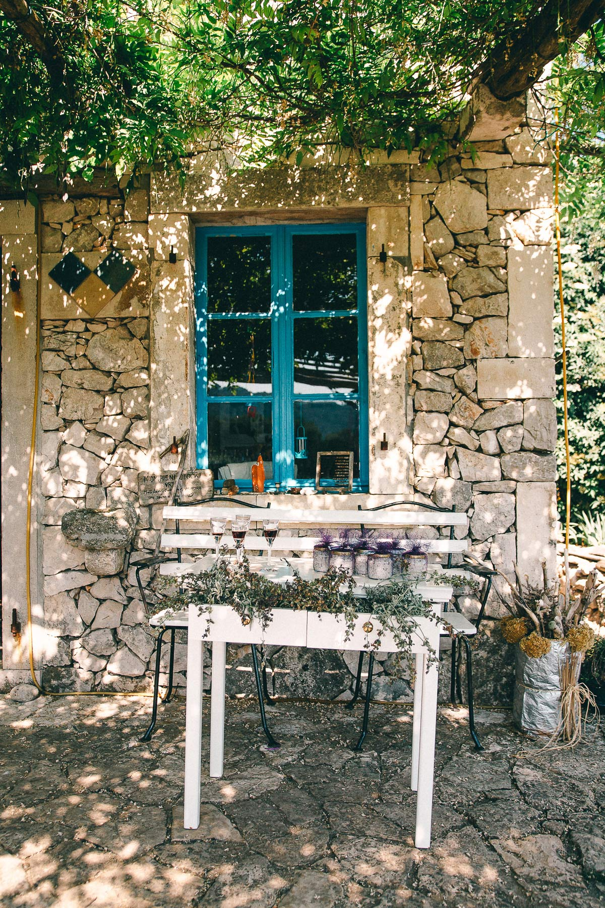 Im Kräutergarten steht ein altes Backsteinhaus