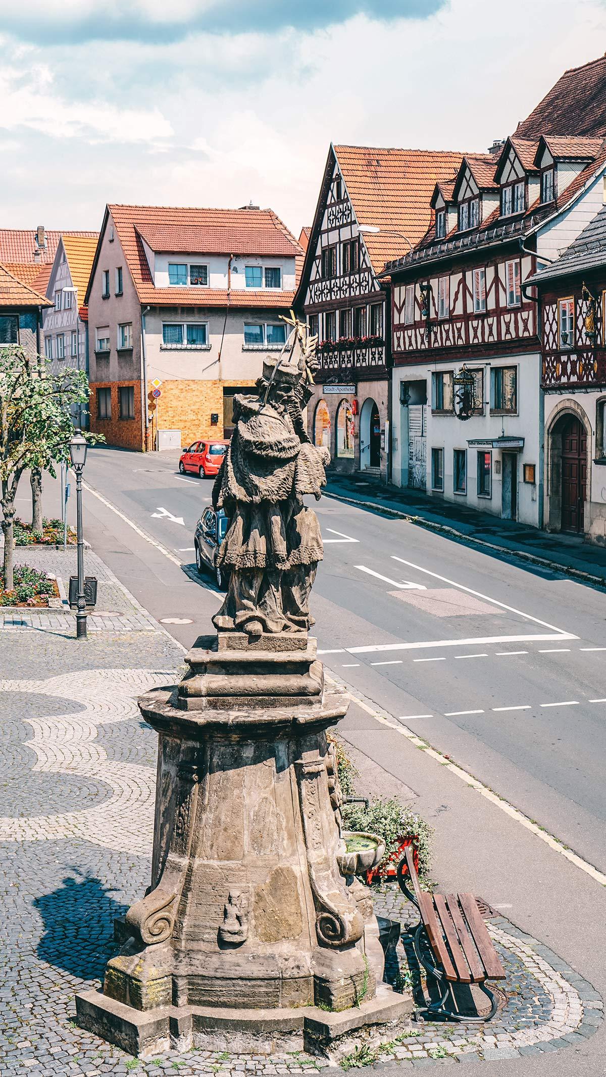 Statue auf dem Rathausplatz in der Altstadt