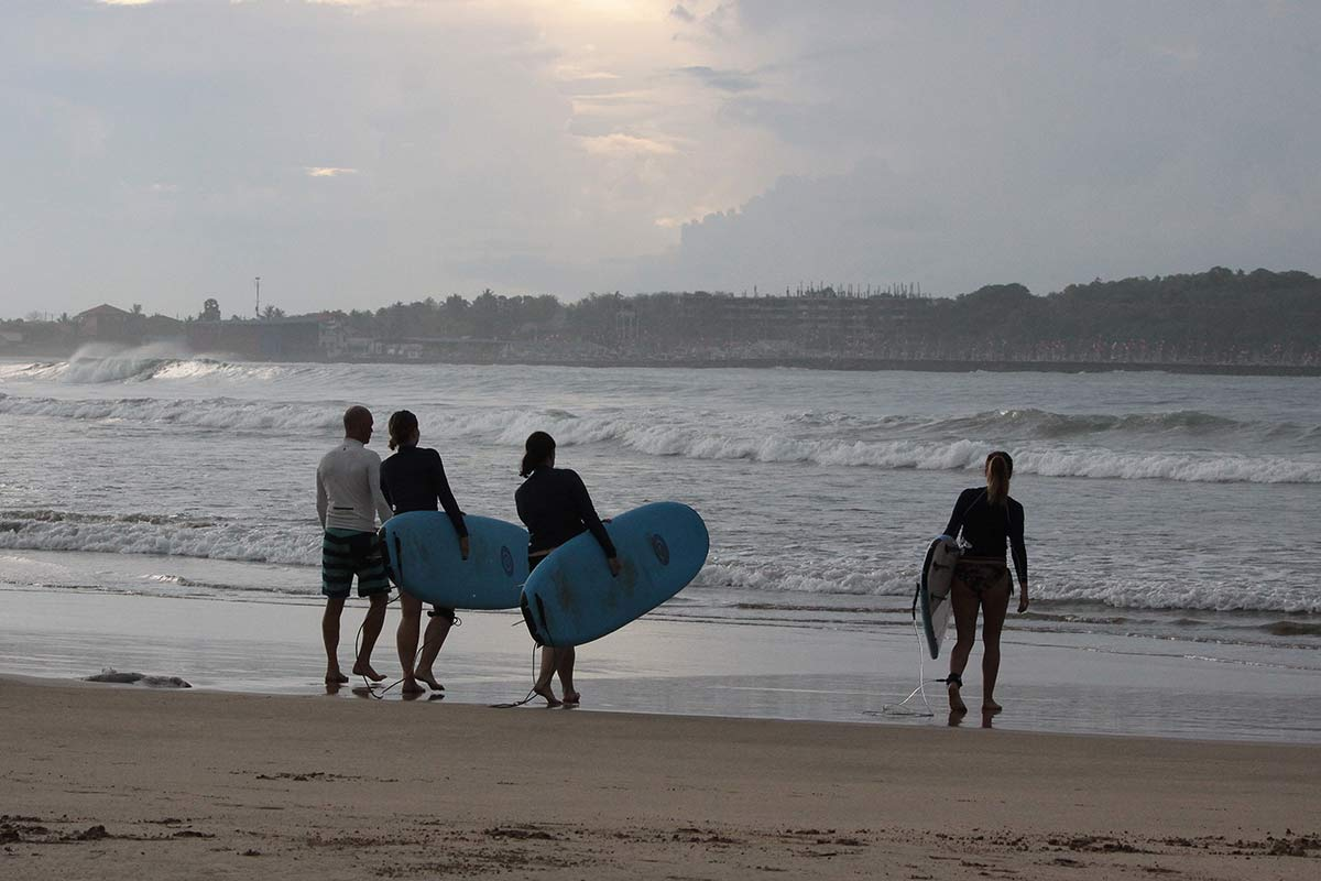 Surfen am Kadolana Beach in Sri Lanka