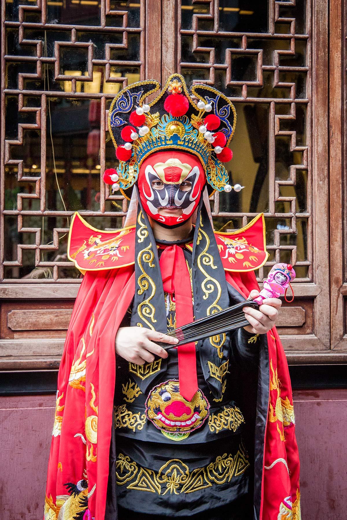 Verkleideter Mann in der Jinlin Einkaufsstrasse in Chengdu