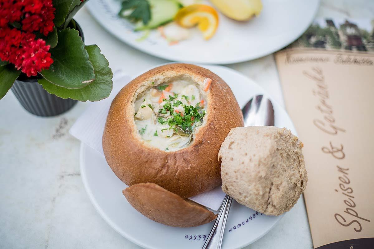 Fischsuppe im Brotlaib in den Koserower Salzhuetten auf Usedom