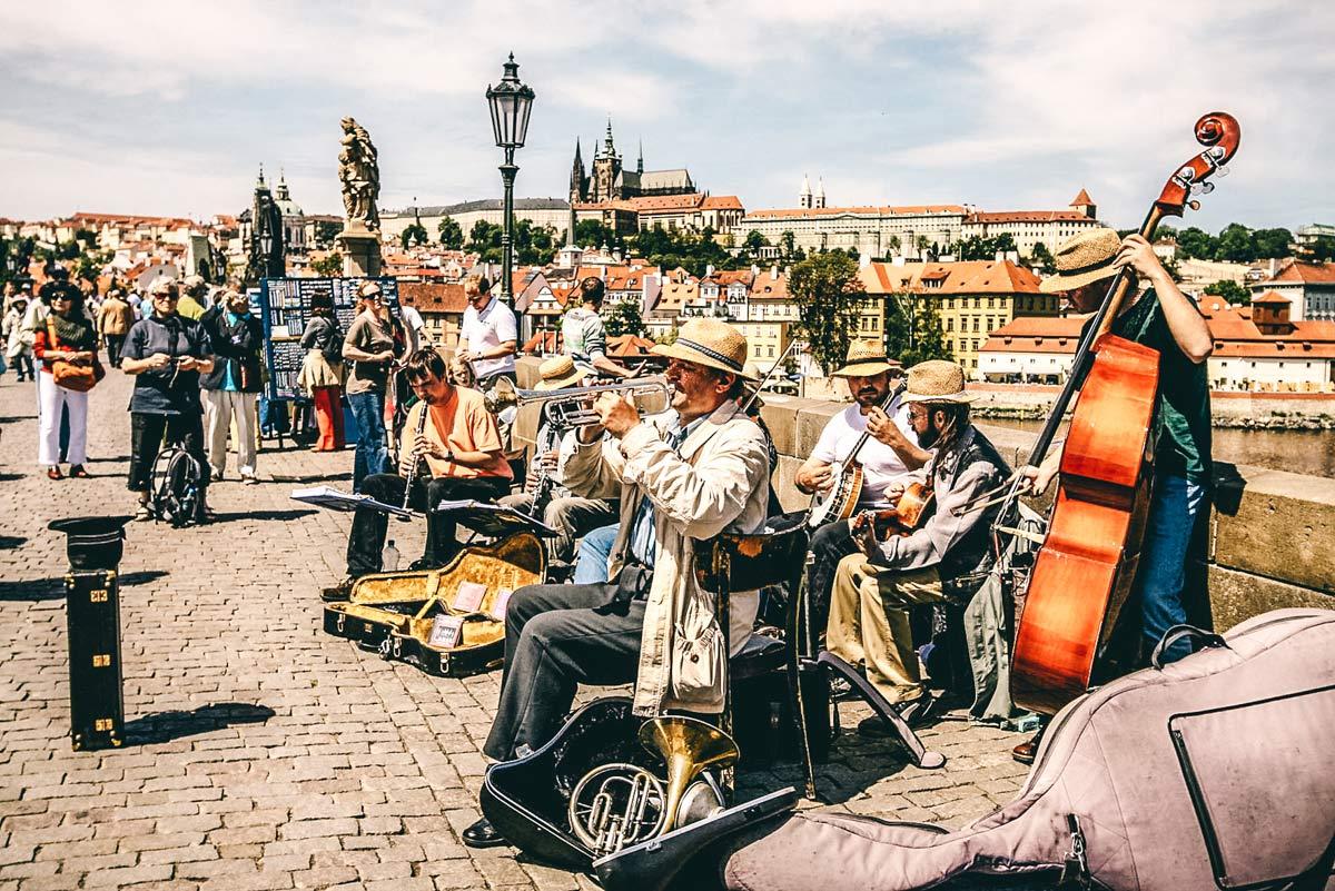 Musiker auf der Karlsbruecke in Prag