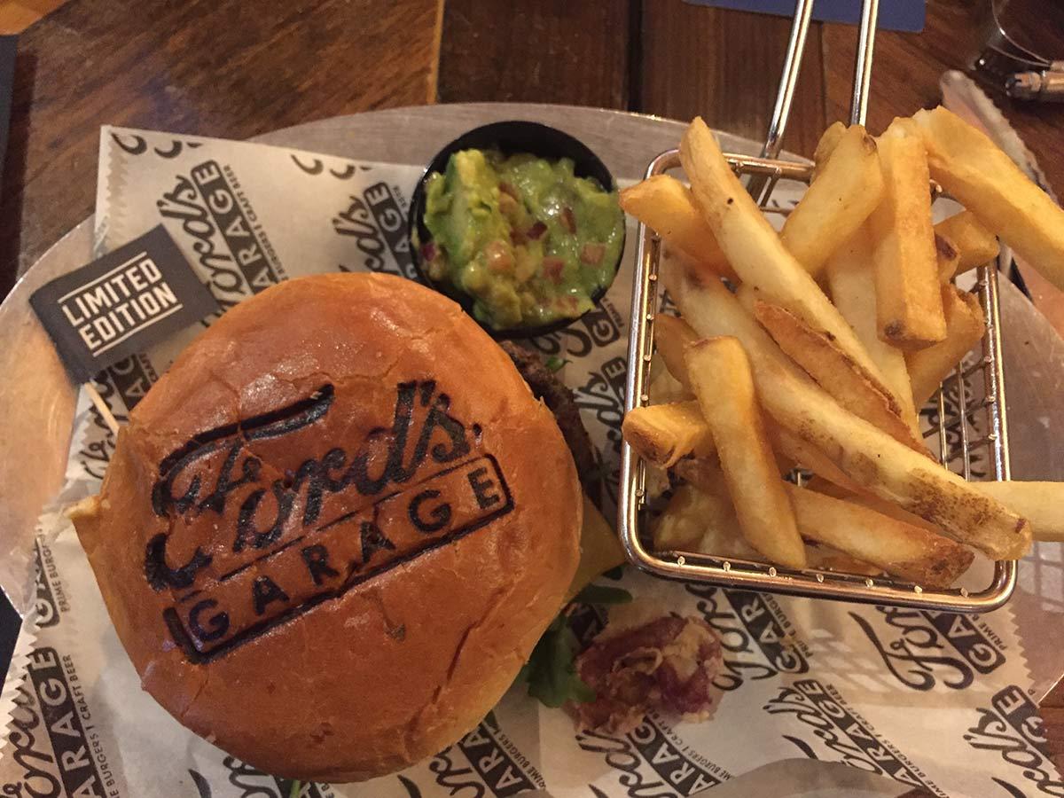 Burger bei Ford's Garage im Miromar Outlet