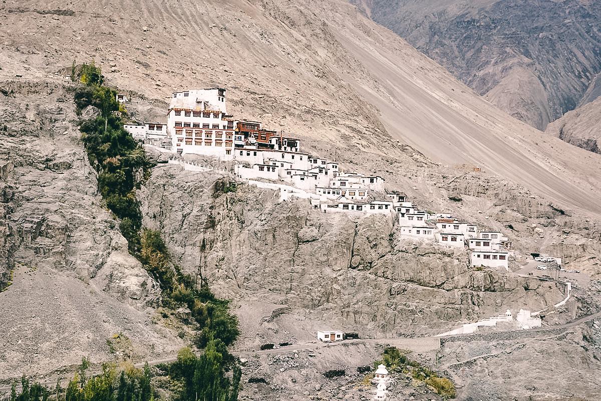 blick auf das diskit kloster im nubra tal