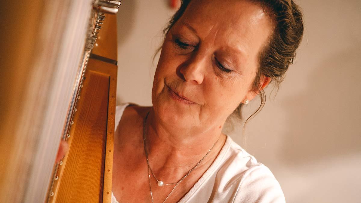 Harfe spielen beim Jodeln