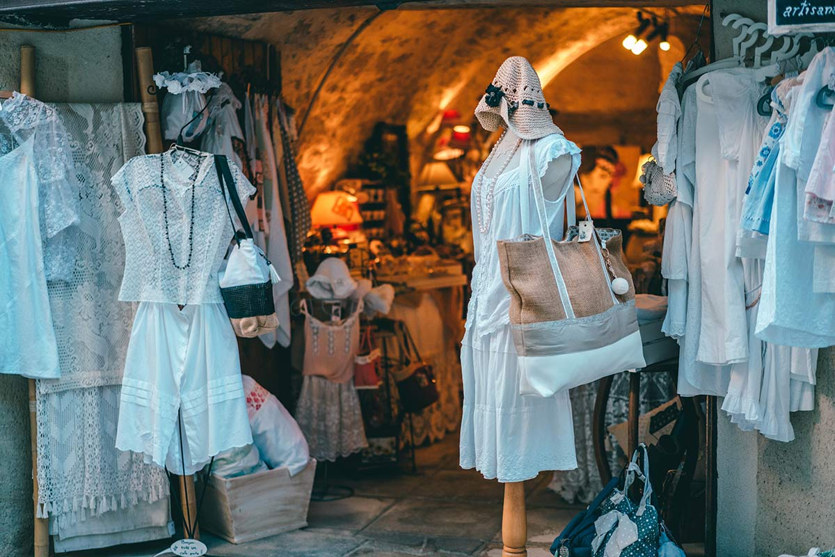 Menerbes Shops