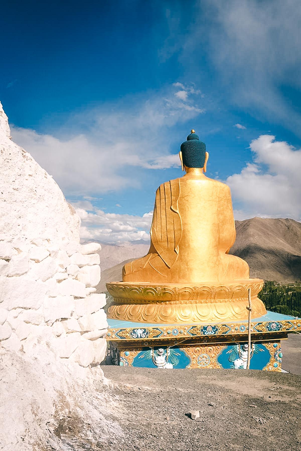 sitzende buddhastatue in ladak