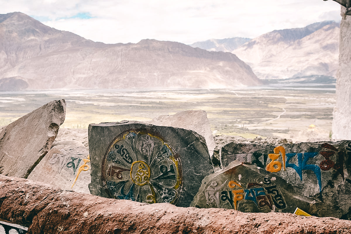 steine mit gebetsinschriften am diskit kloster