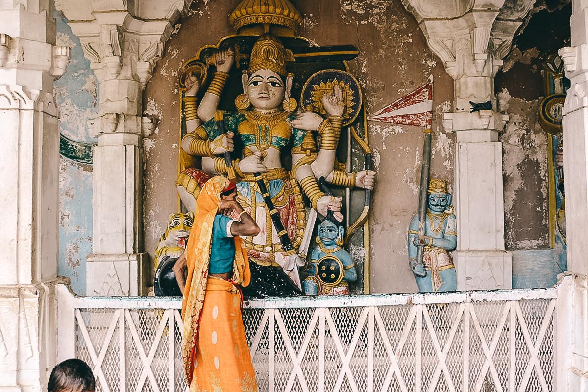hindu statue im Mandore Bheruji Temple