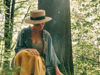 Waldbaden Staffelstein Baum anfassen