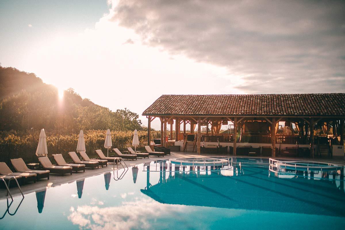 Der Poolbereich mit aufgehender Sonne