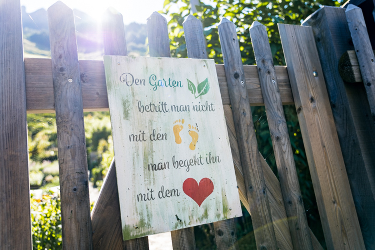 Schild im Kraeutergarten in Vals