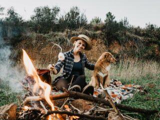 Lagerfeuer mit Hund
